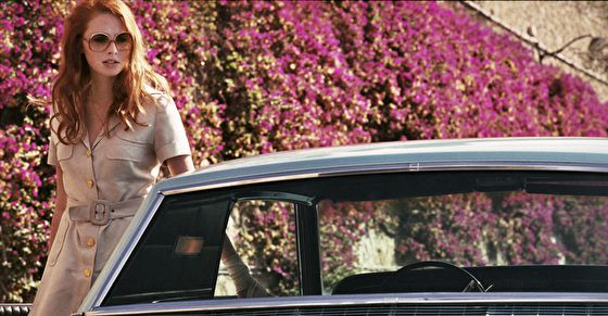 Дама в очках и с ружьем в автомобиле